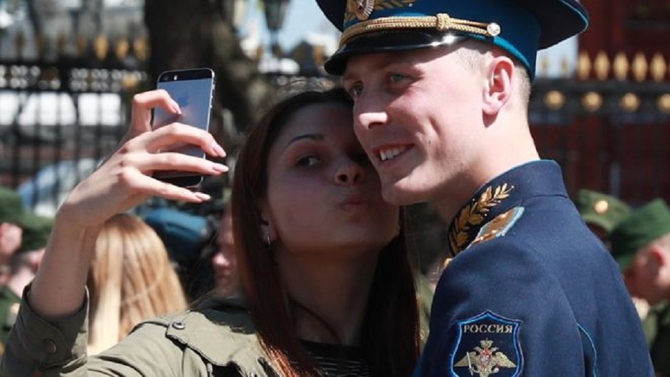 Russia bans smartphones for soldiers over social media ...